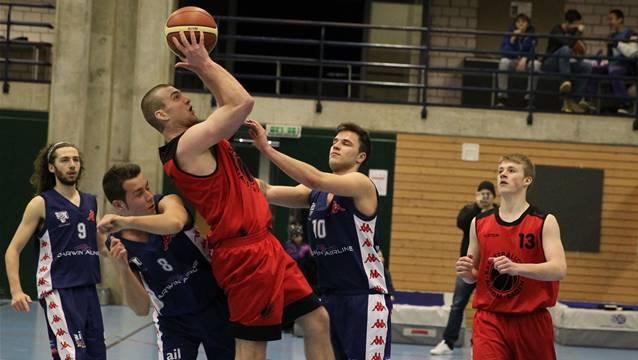 Badens Gion Wyss (am Ball) wird mit seiner Mannschaft auch nächste Saison wieder in der 1. Liga spielen.
