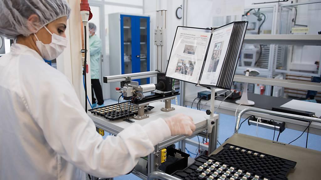 Die Übernahme des deutschen Lichtkonzerns Osram hat den Chipkonzern AMS in die roten Zahlen gezogen - im Bild eine Angestellte im Berliner Osram-Werk. (Archivbild)