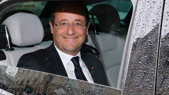 Hat gut lachen: Präsident Hollande löst sein Wahlversprechen ein