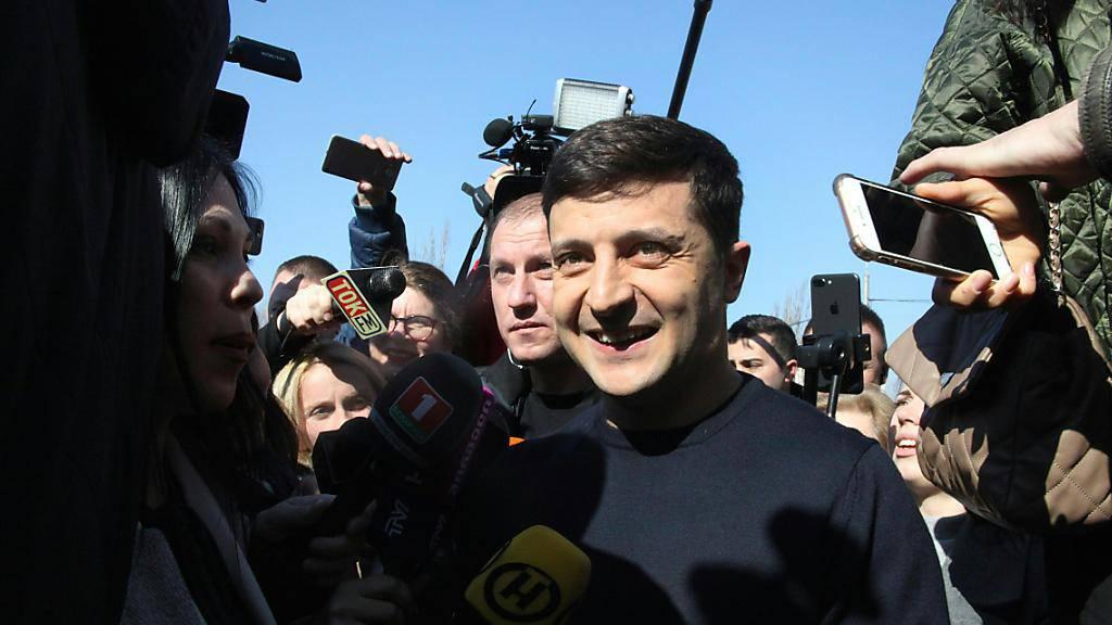 Gut eine Woche nach der Stichwahl um das Präsidentenamt in der Ukraine hat die Zentrale Wahlkommission in Kiew Wolodymyr Selenskyj (im Bild) offiziell zum Sieger erklärt. Der 41 Jahre alte Schauspieler kam auf 73,22 Prozent der Stimmen. (Archivbild)