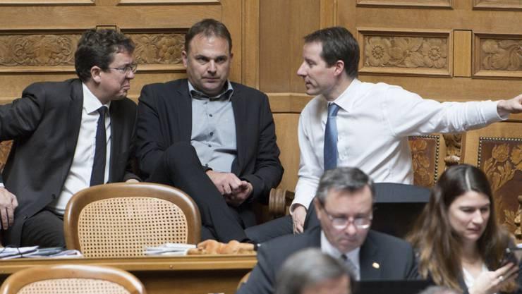 Die SVP-Nationalräte Rösti, Dettling und Aeschi (von links) in einer Diskussion. Die Volkspartei gilt für gewöhnlich als bürgerlich.