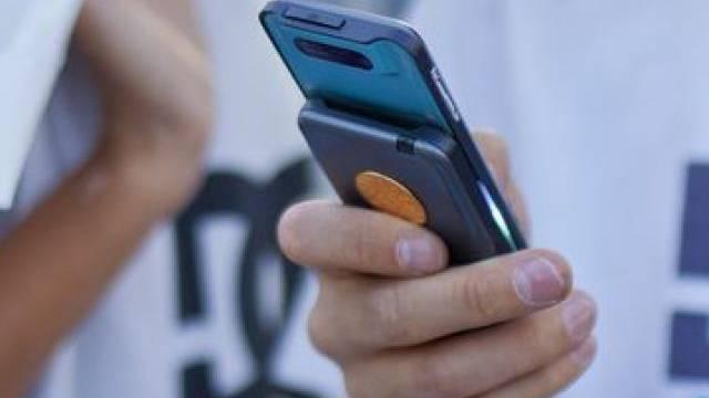 Knaben schauen einen Film auf einem Handy (Symbolbild)