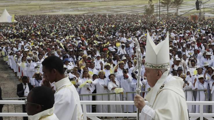 Papst Franziskus hat in Madagaskar für eine Kultur des Miteinander geworben. Das Leid der Menschen sei nicht Gottes Plan, sagte er.