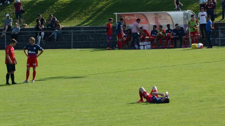 Katerstimmung beim FC Dietikon und Flavio Vecchiè (am Boden liegend).