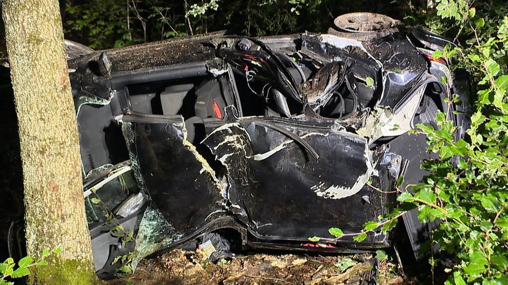 Schwerer Autounfall in Villigen fordert zwei Verletzte und ein Todesopfer