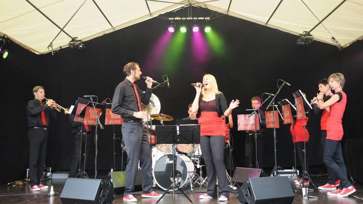 """Die Windband """"Querbeet"""" begeisterte mit ihrem unterhaltsamen Repertoire."""