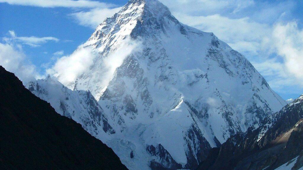 HANDOUT - Der schroff aufragende K2 (undatiertes Handout) im Karakorumgebirge in Kaschmir gilt unter Bergsteigern wegen seiner steilen Wände als schwierigster Achttausender. Foto: epa Ho/SALTORO_SUMMIT_HANDOUT/dpa
