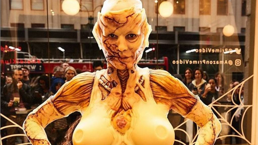 Klum lässt sich im Schaufenster als Zombie verkleiden