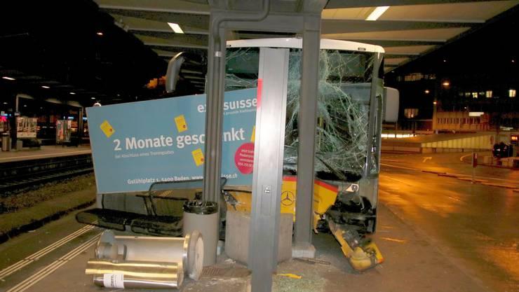 Sitzbank und Abfalleimer wurden umgefahren, ein Werbeplakat verschoben