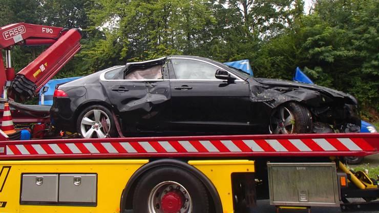 Die Fahrerin wurde nur leicht verletzt. Ihre 4-jährige Tochter musste zur Kontrolle ins Spital. Der Sachschaden wird auf zirka 35'000 Franken geschätzt.