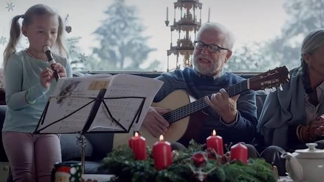 Im Coop-Weihnachtsspot: Diesen Opa mit Gitarre kennen wir doch ...