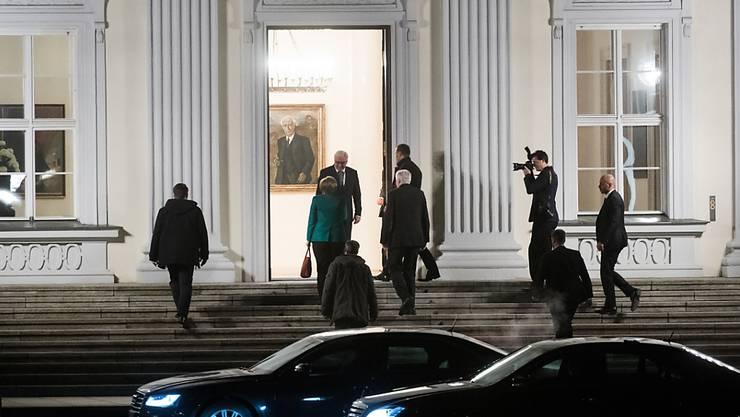 Der deutsche Bundespräsident Steinmeier hat am Abend die Vorsitzenden von CDU, CSU und SPD in seinem Amtssitz Schloss Bellevue in Berlin empfangen. Er wollte mit ihnen die Möglichkeiten einer Regierungsbildung ausloten.