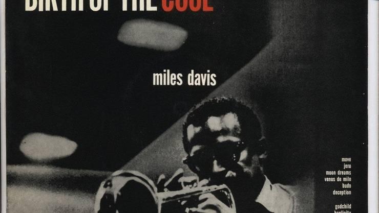 Vor 70 Jahren : The Birth Of The Cool Das Album, das in zwei Studiosessions 1949 und 1950 mit Arrangeur Gil Evans aufgenommen wurde, markiert den Übergang vom Be-Bop zum Cool Jazz. Mit seiner zurückhaltenden, sanften Ästhetik setzte es einen Kontrapunkt zum heissen, extrovertierten Be-Bop. «The Birth Of The Cool» heisst auch ein faszinierender neuer Dok-Film von Stanley Nelson über das Leben von Davis mit bisher nicht gezeigtem Filmmaterial. In diesen Tagen feierte er in den USA Premiere. Am diesjährigen Festival Blue Balls in Luzern wurde er gezeigt und dürfte wohl bald auch auf DVD erhältlich sein.