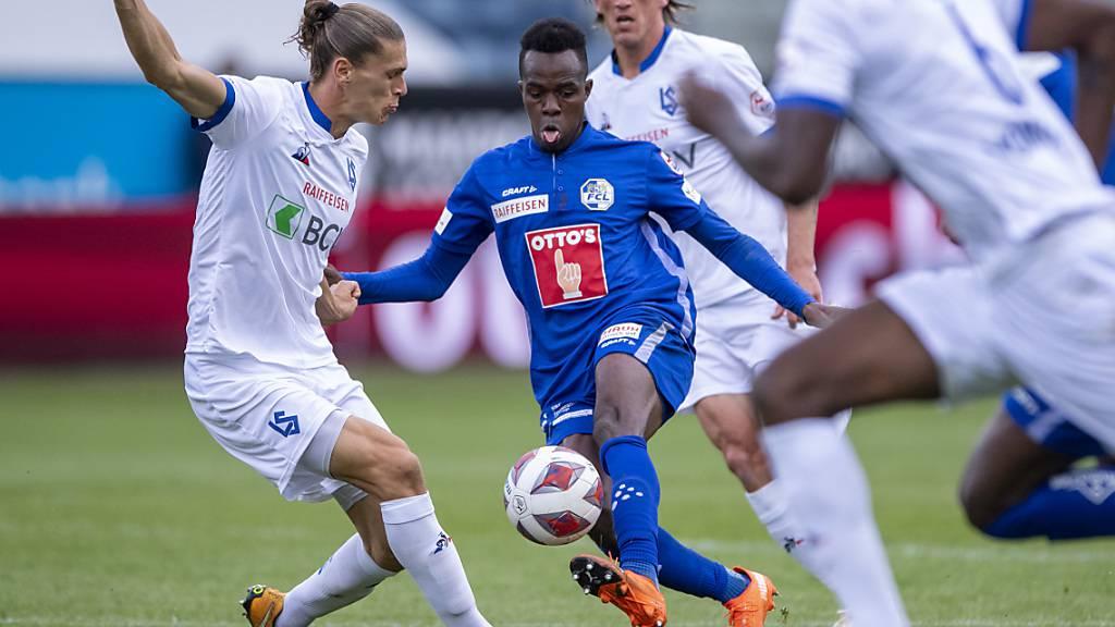 Luzern (Ibrahima Ndiaye in Blau) und Lausanne (Cameron Puertas) lieferten sich einen ausgeglichenen Kampf und trennten sich am Ende 2:2