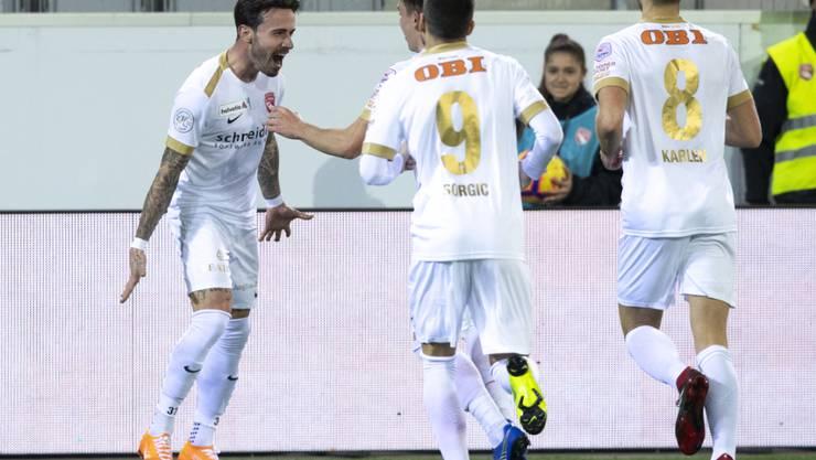 Dennis Salanovic (links) feiert seinen Treffer zum 1:0 mit seinen Teamkollegen