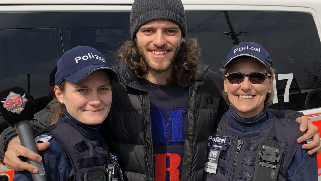 Zwei Polizeiassistentinnen haben geholfen ein Baby in einem Auto zu gebären!
