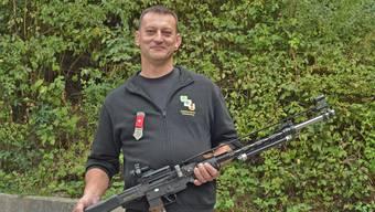Der erfolgreiche Schütze Marcel Dietiker mit seinem Sturmgewehr 57/03.