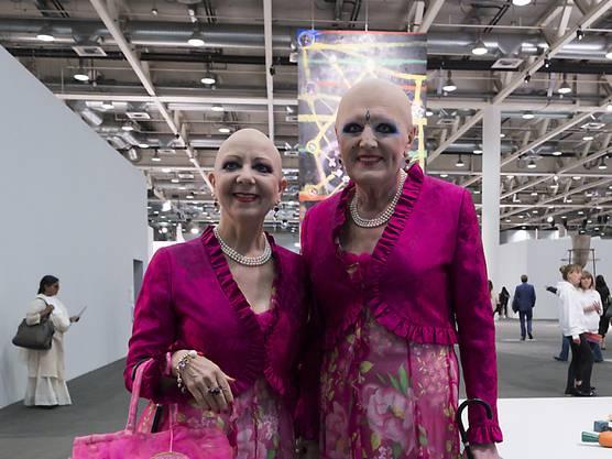 ... und in einem weiteren Kostüm. Damals stellten sie auch in Paris aus.