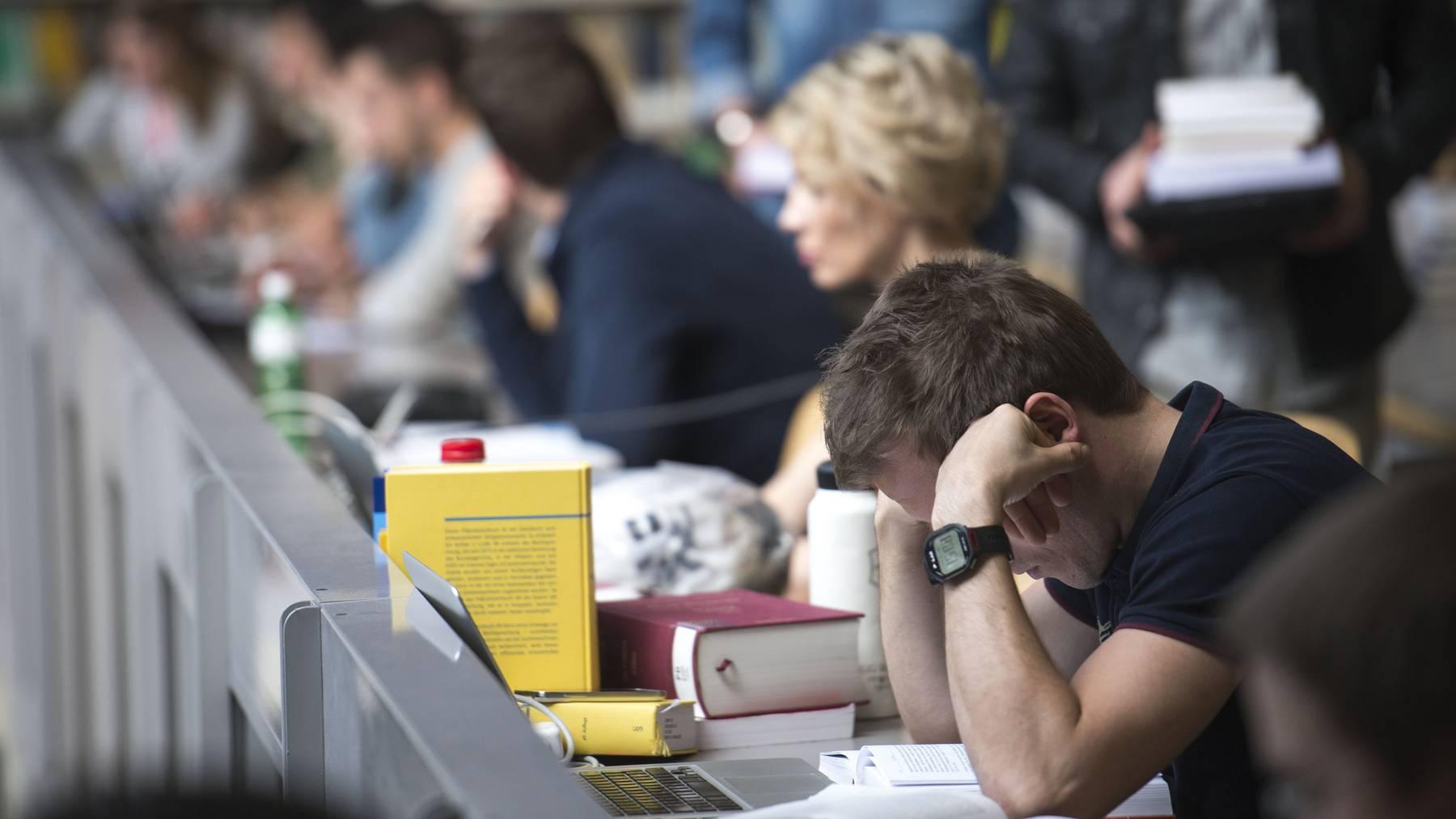 Studenten in der Uni-Bibliothek.