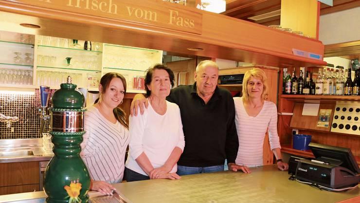 Deborah Cadisch, die Besitzer Katharina und Karl Wittwer sowie deren Tochter Barbara Burger (von links) sorgen noch bis Ende April für das leibliche Wohl der Gäste im Restaurant Blumenau in Frick.