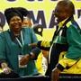 Nkosazana Dlamini-Zuma (l.) und Cyril Ramaphosa, die aussichtsreichsten Kandidaten für den ANC-Chefposten, am Parteitag in Johannesburg.