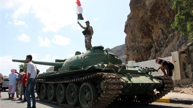 Ein Panzer in Aden: Seit Tagen toben Kämpfe in Süd-Jemen. EPA/Keystone