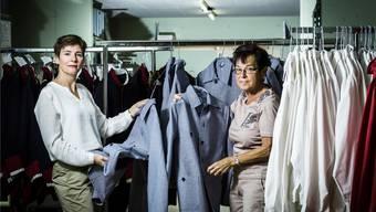 Sabina Stöckli und Susi Schneeberger sind verantwortlich für die Kleider am Freischarenmanöver. Chris Iseli