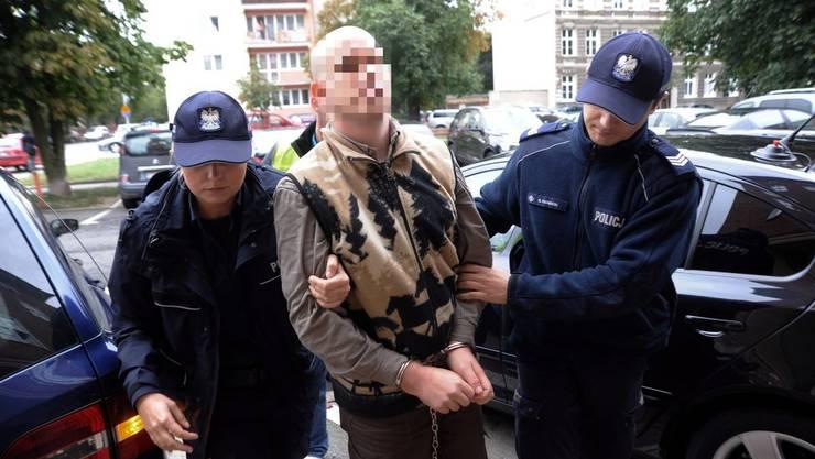 Fabrice A. wird von der Polizei eskortiert, als er der Staatsanwaltschaft im polnischen Szeczecin vorgeführt wird.