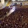 Besonders beeindruckt ist die Netzgemeinschaft derzeit von einem Video eines Rettungsfahrzeugs, das sich durch die Menschenmenge einen Weg bahnt.