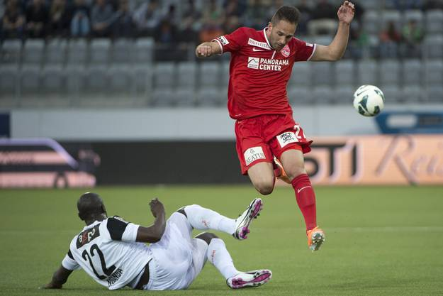 Schirinzi knöpft Nganga den Ball ab