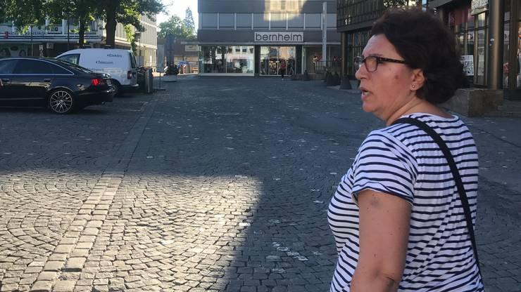 Laila sucht vom Bahnhof bis zum Starbucks alle Strassen nach einem geeignet Rothaarigen ab.