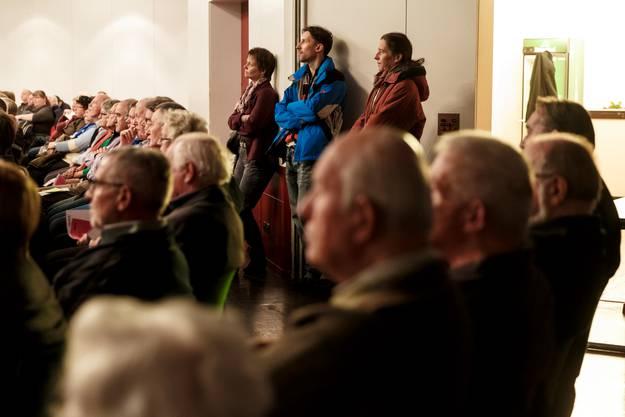 An der grössten Gemeindeversammlung der jüngsten Zeit fehlte es an Wahlzetteln - und an Sitzplätzen.