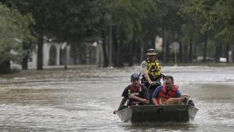 """Der Tropensturm """"Imelda"""" hat in Texas zu schweren Überschwemmungen geführt - wie hier in Huffman mussten viele Menschen mit Booten in Sicherheit gebracht werden."""