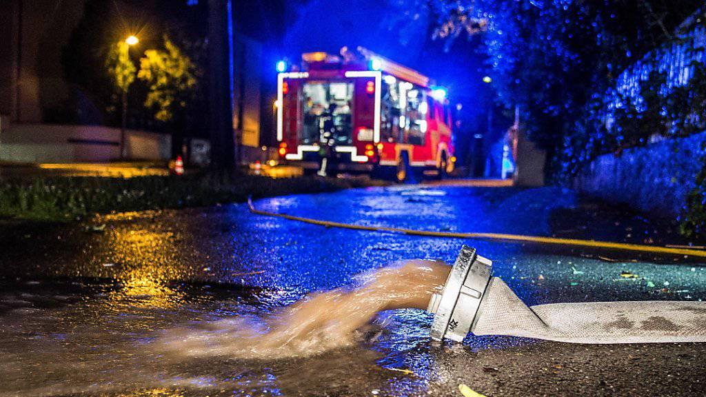 In Teilen Deutschlands mussten die Feuerwehren wegen Unwettern erneut hunderte Male ausrücken. (Archiv)