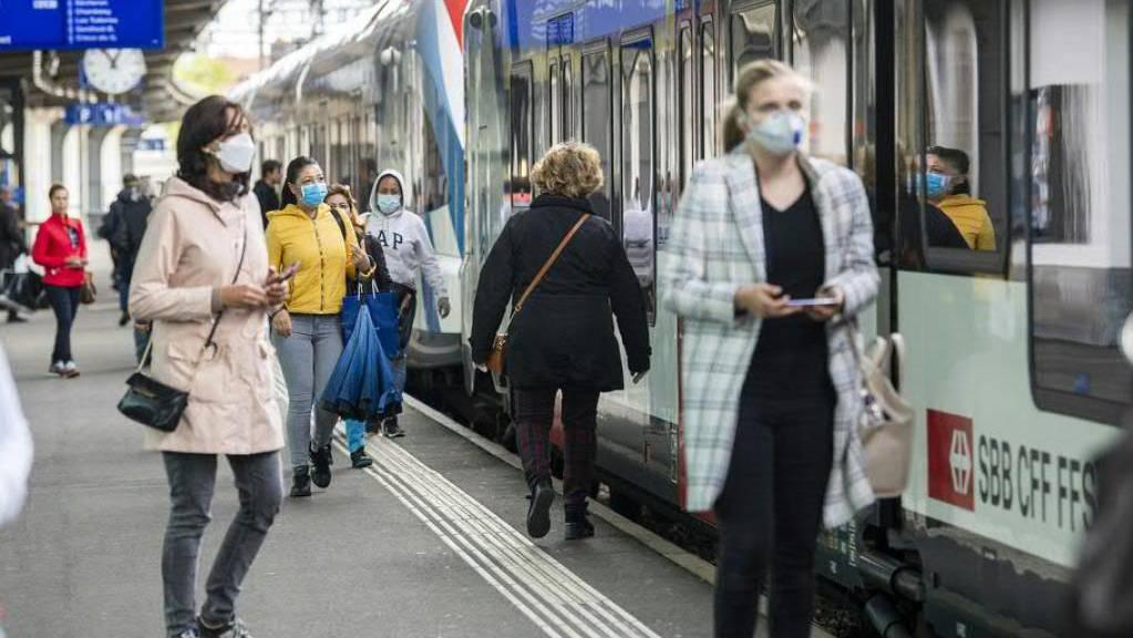 SBB und Postauto empfehlen in Zügen und Bussen Masken, wenn der Abstand von zwei Metern nicht eingehalten werden kann. (Archivbild)