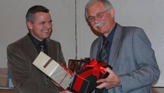 Abschied: Gemeinderat Daniel von Däniken (li) überrascht den abtretenden Ammann Ernst Huber mit seinem Lieblingswhisky.