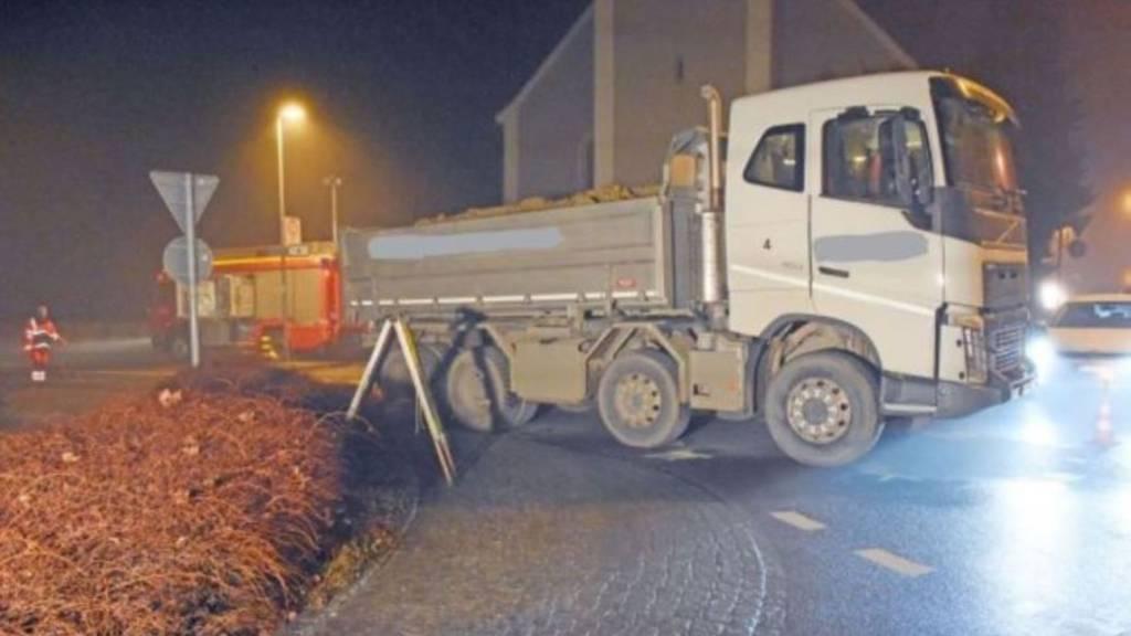 76-Jährige kommt unter Lastwagen und stirbt