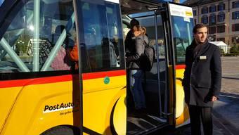 az-Redaktor Daniel Fuchs wagte eine Fahrt mit dem autonomen Shuttlebus und zeigt in seinem Video: Das Postauto ohne Chauffeur meistert einen Tannenbaum-Slalom und stoppt rechtzeitig vor einer Fussgängerin mit Kinderwagen.