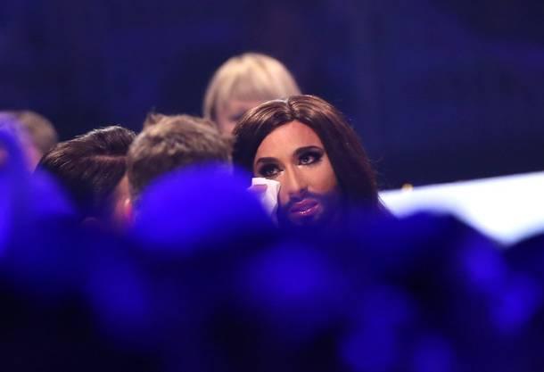 Conchita Wurst von ihrem Gefühlen übermannt - und vergiesst einige Tränen.