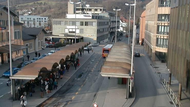 Der Badener Bahnhofplatz im März 1999 ...ZVG
