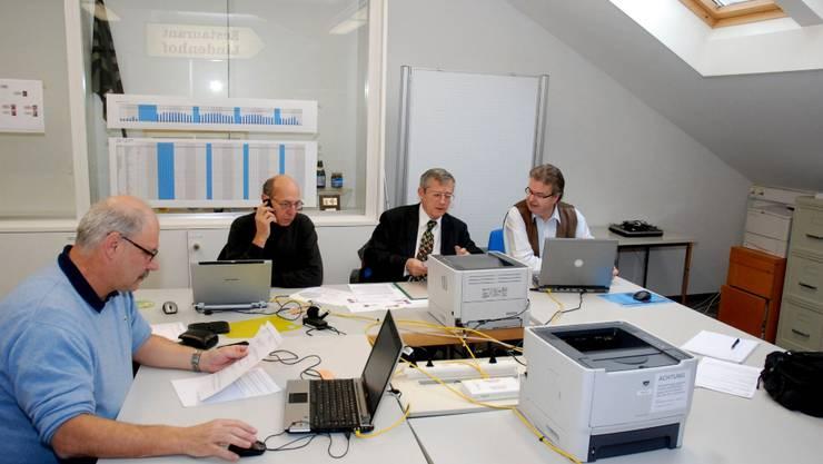 Im Endspurt: Personalchef Heinz Huber (l.) mit Pierre Bagnoud, Alwyn Youssoufian und Erich Bircher, engen Mitarbeitern der Stabstelle Personal des Schützenfestes 2010. (Foto: Toni Widmer)
