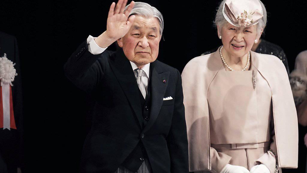 Der Japanische Kaiser Akihito und seine Frau, Kaiserin Michiko grüssen bei einer Zeremonie anlässlich des 30. Thronjubiläums das Publikum.