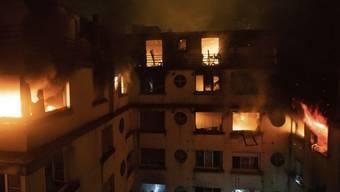 Das Feuer war nach ersten Erkenntnissen in der siebten oder achten Etage des Hauses im wohlhabenden Pariser 16. Arrondissement ausgebrochen. Die Löscharbeiten gestalteten sich als sehr schwierig.