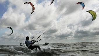 Zum Kitesurfen braucht es nicht nur eine Strömung, sondern auch Wind. (Archiv)