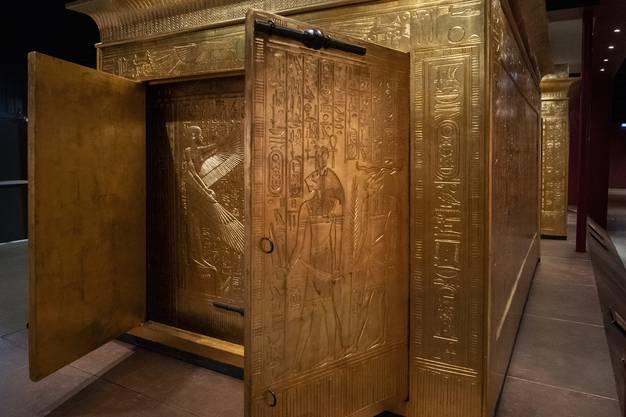 Die vier ineinander gestellten Schreine, in deren Mitte der Sarkophag Tutanchamuns stand, sind wie alle andere Objekte, originalgetreu nachgebaut.