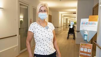 Elsbeth Leutwiler im Gang in der Wohngruppe Löwen, im ersten Stock der pflegimuri, in der sie stellvertretende Pflegeleiterin ist.