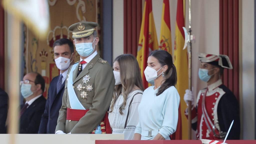 König Felipe VI. und Königin Letizia nehmen an der traditionellen Militärparade in Madrid teil. Foto: Eduardo Parra/EUROPA PRESS/dpa
