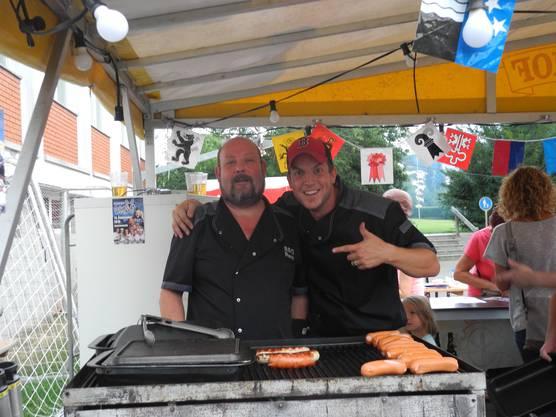 Kulinarisch blieb man der Bundesfeier in Urdorf treu: Cervelat vom Grill, Raclette und Älplermagronen.