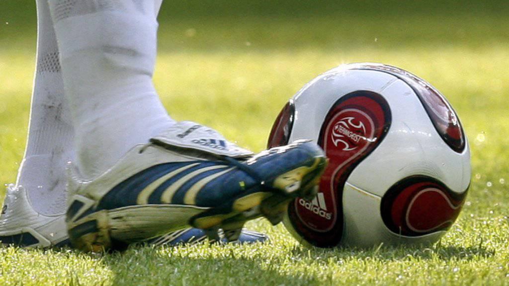 Der Torhüter traf den Stürmer mit gestrecktem Bein mit den Stollen seines Fussballschuhs am Knie.