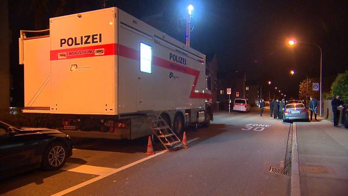 Am Sonntagnachmittag wurde in Zürich im Kreis 11 ein 32-jähriger Mann schwerverletzt vorgefunden. Er wurde mit Schussverletzungen im Oberkörper ins Spital gebracht. Die Täter sind noch auf der Flucht. Die Hintergründe werden untersucht.